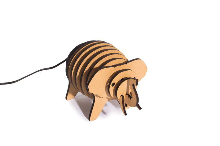 Luz de noche Tito en forma de elefante. Es de Kikely, está armada con placas de MDF cortadas con láser y tiene una lámpara halógena bi-pin de 40w. Ideal para cuidar el sueño en el cuarto de los chicos.