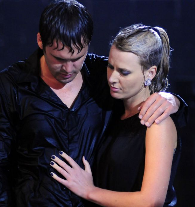 Emile and Razia's gamble paid off, as their low bet and terrible result saw them on par with PJ and Marzanne, leaving them to compete in one final task. The two couples would have to hold up a suitcase made up of 20% of their combined weight. The twist is that they would have to do so while facing off against the elements of rain, snow, fire and wind. In the end, a slip in grip saw PJ drop his end of the case, resulting in them losing the challenge and a shot at their collected…