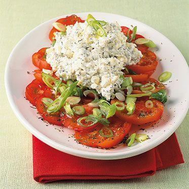 Tomaten-Zwiebel-Salat mit Kräuterkäse