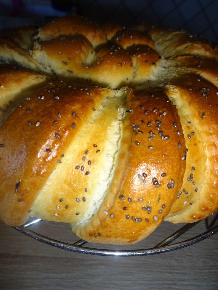 400 /430g de farine 200 ml de lait a peine tiede 1 sachet de levure de boulangerie 1 c a café rase de sel 1 c a soupe rase de nigelle(facultatif) 4 c a soupe d'huile d'olive 1 c a soupe d'huile de tournesol 1 oeuf mettre tous les ingredients dans la cuve...