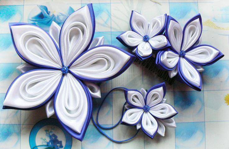 Set la comandă cu flori pentru mireasă din satin alb pur și albastru roial, cu accente din mărgele shambala - pieptene de păr cu două flori, floare pentru mână pentru domnișoara de onoare și floare pentru trenă | Atelierul Grădina cu fluturi
