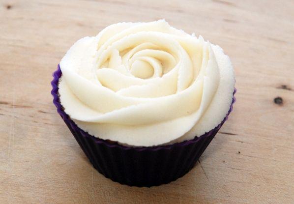 Rose glasur teknik til cupcakes - Bageglad.dk //// Rose frosting technique for cupcakes