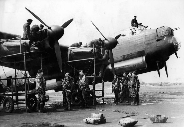 Pre-flight check engine British bomber 'Lancaster' (Avro Lancaster).