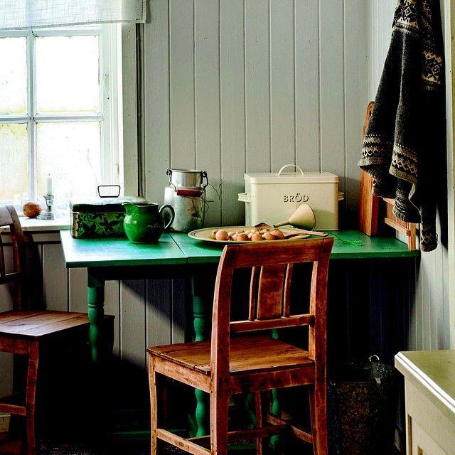 På husmannsplassen nyter vi det enkle hyttelivet. Plassen i skogbrynet har blitt et sted å nyte stillhet, natur og dyreliv. Den enkle stilen gjelder også på kjøkkenet, hvor et lite klaffebord er perfekt til frokost. Du kan se flere bilder fra husmannsplassen i Lev Landlig utgave 8, som er i salg nå. Styling Kristin Langebraaten Foto Helge Eek. #landlig #levlandlig #hytte #husmannsplass #kjøkken #klaffebord #kofte #strikk #spann #mugge #stol