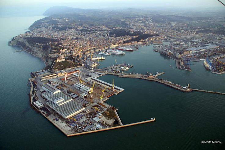 Porto di Ancona, sullo sfondo il Monte Conero