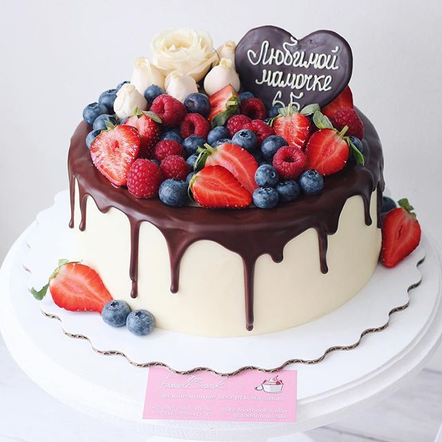 Ванильный #торт с огромным количеством ягод внутри и снаружи #foodbookcake