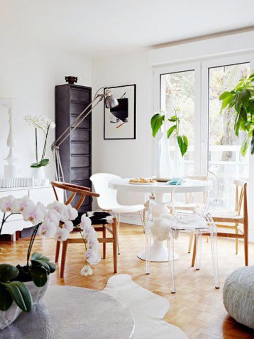 Com um design e um charme sem igual, a cadeira Ghost é hoje uma das cadeiras mais procuradas no mercado, sinônimo de requinte é dona de um design leve e bastante luxuoso que consegue encaixar nos mais diversos ambientes, sem deixá-lo carregado, desta forma, faz com que a pessa seja muito utilizada em cozinha, sala de jantar, quartos (penteadeiras), sala de estar e até mesmo restaurantes. #vamosdecorar #bellabrasildecor
