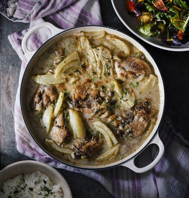 Gesmoorde kip met venkel en tijm – Pollo guisado con hinojo y tomillo. Bestrooi de kip en venkel voor het serveren nog met wat blaadjes tijm