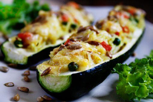 Overrask gæster eller familien med denne lækre ret, som er en fin variant af de klassiske fyldte peberfrugter.