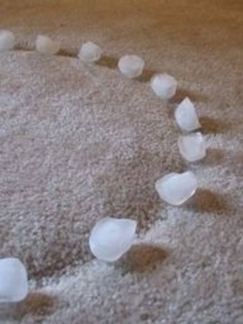 Saviez-vous que les glaçons font disparaître les marques de meubles sur la moquette ?