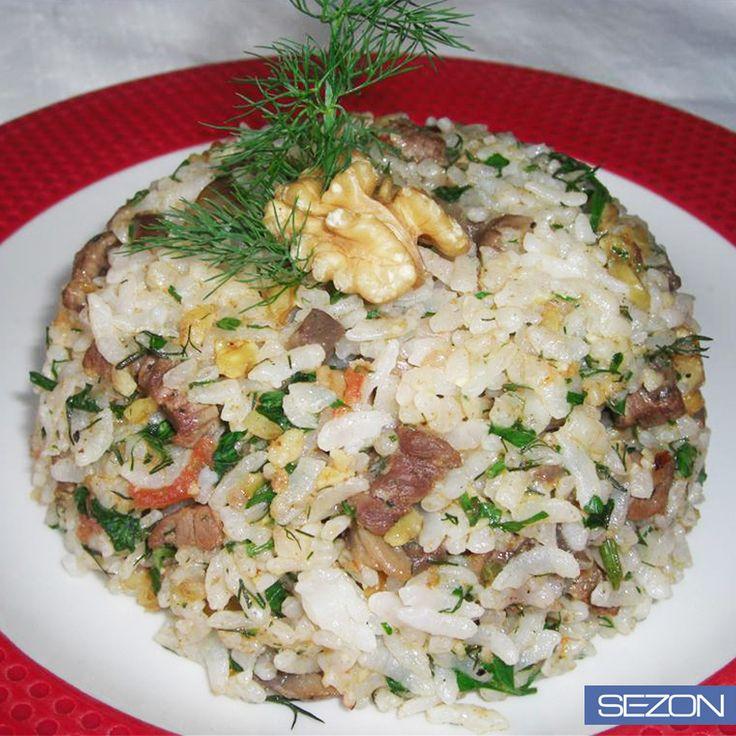 Mengen pilavına Sezon Pirinç karıştı, onu yiyenler bayıldı!   500 gr pirinç  250 gr kuzu kuşbaşı et  2 soğan  3 domates  200 gr mantar  1 demet dereotu  250 gr tereyağı  100 gr ceviz içi  8 su bardağı su  1 tatlı kaşığı tozşeker  1 tatlı kaşığı kekik  1 çay kaşığı karabiber  tuz