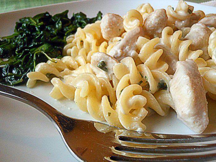 Fokhagymás, ricottás csirkemell gluténmentes tésztával, spenóttal