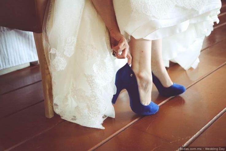 """Recuerda: """"algo viejo, algo nuevo, algo prestado y algo azul"""". Dale color a tu look nupcial con esta encantadora tendencia: portar zapatos azules. ¿Te atreves a iluminar tu camino al altar con este elegante y audaz color? Descubre estos 25 modelos."""