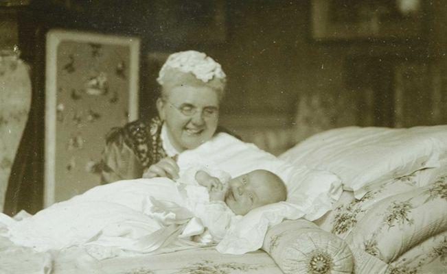 Koningin Emma met de vier maanden oude Prinses Juliana, 30 augustus 1909. De foto is gemaakt door Koningin Wilhelmina.