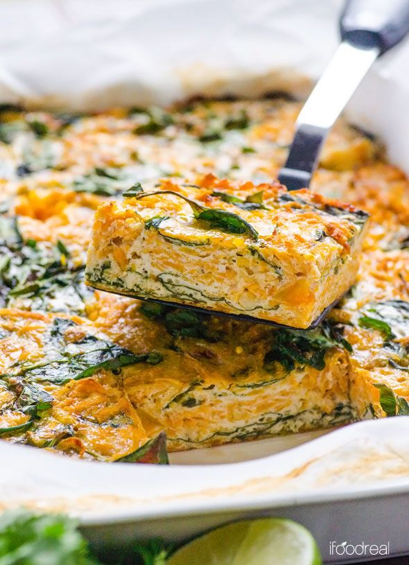 Taco Sweet Potato and Spinach Egg Bake Recipe -- Flavourful delicate mini omelettes with so many nutrients. Freezer friendly breakfast on the go. #cleaneating #glutenfree