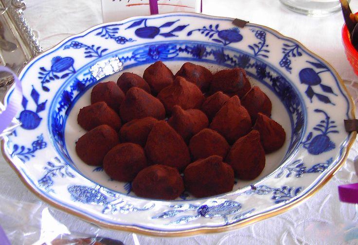 Trufas de chocolate hechas de manera artesanal para la cesta de regalos o tu mesa de Navidad.   d'Alicia Café Estepona, Guadalmina y Sotogrande.  www.dealicia.com