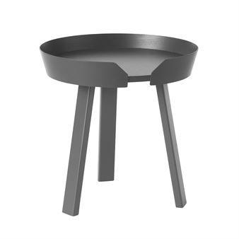 Det trendiga Around bord litet kommer från Muuto och är designat av danska Thomas Bentzen. Det har en modern och unik identitet med en vacker kant som håller kaffet på plats. Den rena designen, materialen och hantverket känns väldigt skandinaviskt och träet har försiktigt skurits ut, böjts och limmats ihop. Det charmiga Around bord finns i flera färger och träslag som är snygga att kombinera med varandra för att skapa en personlig bordsgrupp.