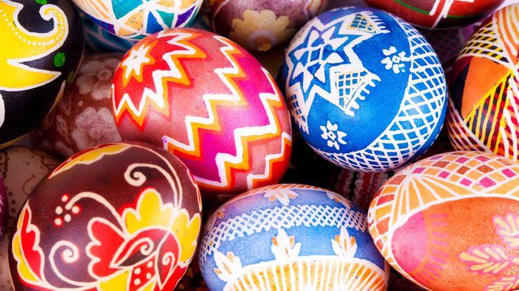 Anders als Weihnachten findet Ostern jedes Jahr zu einem anderen Datum statt. Hier spielt das eher heidnisch anmutende Kriterium des Vollmondes im Frühjahr eine Rolle. Das Fest findet jeweils am ersten Sonntag nach dem ersten Vollmond im Frühjahr statt. Der Frühlingsbeginn ist dabei fix auf den 21. März festgelegt. Der Ostersonntag fällt deshalb in der Regel in den Zeitraum zwischen dem 21. März und dem 25. April. Die weiteren flexiblen Feiertage des Kirchenjahres orientieren sich dann…