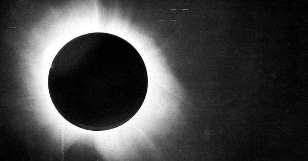 7 ноября 1919 года London Times вышел с кричащими заголовками «Революция в науке», «Новая теория Вселенной», «Идеи Ньютона выкинули на помойку». Под заголовками скрывалась новость о громком открытии, сделанном по результатам наблюдения солнечного затмения в мае 1919 года. Именно тогда было обнаружено, что сила тяготения Солнца отклоняет лучи света от прямолинейных траекторий. Буквально за одну ночь Эйнштейн превратился в знаменитость международного уровня. В этой статье я попробую рассказать…