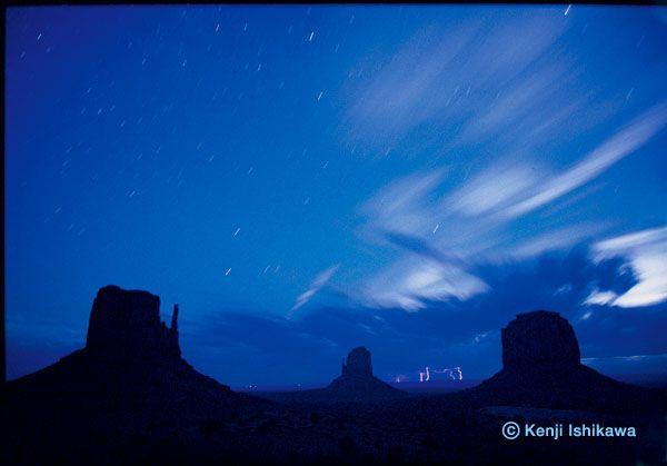 星とイナズマ(アメリカ・モニュメントバレー/2008年)月の光を撮影した美しい写真
