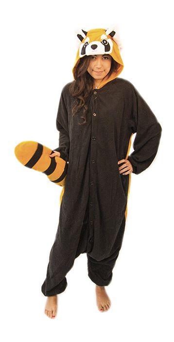 """Röd pandadräkt kigurumi. Med en svart framsida och orange baksida samt huvud kommer du kunna chocka omgivningen i denna urcoola röd panda-kigurumi. Den röda pandan, som för övrigt också kallas """"kattbjörn"""", lever vanligtvis i Himalaya och ägnar större delen av dagarna åt att äta bambuskott. Men nu kan du alltså låta människor få uppleva en på maskeraden, firma-festen, partyt eller varför inte på väg till tvättstugan?"""