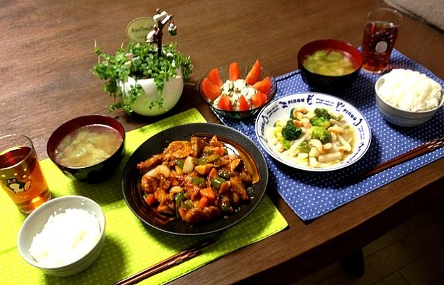 黒酢って、何かコクがあるのよね〜。 (^。^) - 112件のもぐもぐ - 海老とブロッコリーの塩炒め、黒酢の酢豚、キャベツ中華スープ、トマトツナサラダ by pentarou