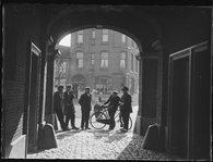 Bij de poort van de kazerne aan de Venestraat, Geertruidenberg, 1935 (collectie Regionaal Archief Tilburg)