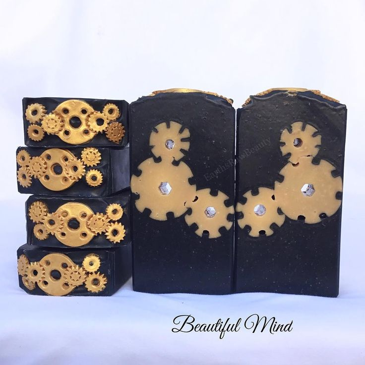 The cut of Beautiful Mind. Are the inside gear wheels perfect? Not a all! But am I happy with the way the soap came out? Absolutely! I love it and next time (if there will be a next time 😂) I make it I know how to make the gear wheels better :) It is scented with a deep masculine blend of dogwood flowers, petitgrain, bright ginger, black pepper, fresh basil, white musk, a touch of sandalwood and more than a touch of amber. This is the sexiest blend I made so far, I can't stop smelling it…