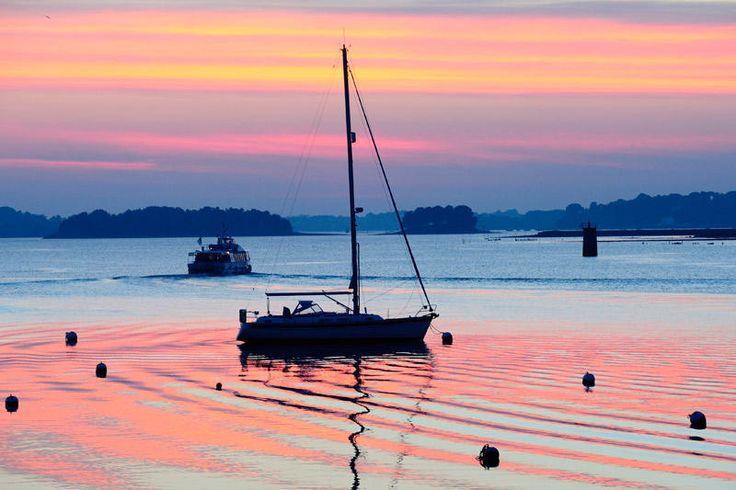 """Tourisme Ile aux Moines, Golfe du Morbihan - """"Quel beau golfe que celui du Morbihan dont le nom signifie « petite mer » en breton ! 42 îles comme autant de tâches de verdure sur la mer bleu azur... Le paysage est celui d'une carte postale, la douceur du climat en plus. Pour découvrir le golfe, pourquoi ne pas commencer par la charmante île aux Moines…"""""""