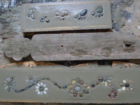 Für unser Gartenhaus haben wir heute Innenfensterbänke aus Beton selber gemacht. Hierfür schraubte mein Mann aus Holzresten eine Schalung zurecht, während ich viele kleine wohlgeformte Flusskieselsteine zusammensuchte und diese nach Farbe und Form sortiert zu verspielten Mustern anordnete. Nun vermengte er Sand und Zement im Verhältnis 2:1 zu einer geschmeidigen …