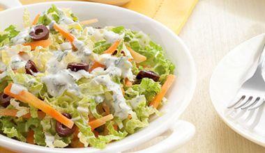 Salada de Acelga com cenoura e azeitonas pretas servidas com Molho de Iogurte Natural Integral NESTLÉ®