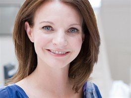 Doktorka Jeni Thomasová z Mezinárodního institutu pro výzkum vlasů Pantene se dlouhé roky zabývá problematikou poškození vlasů a řešení následných problémů. Její výzkumný tým přišel s několika výraznými inovacemi v péči o vlasy.