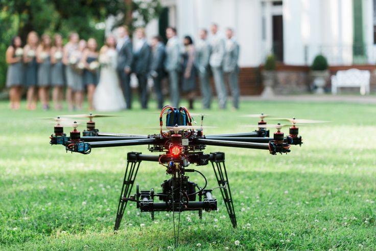 La vidéographie et la photographie aérienne au drone sont de plus en plus demandées dans le but de rendre les événements capturés d'autant plus mémorables. En ce moment, c'est par exemple la demande de drones équipés de caméras dans le but de filmer ou photographier des mariages qui sont de plus en plus demandés, et cette demande est vouée à augmenter dans le future.