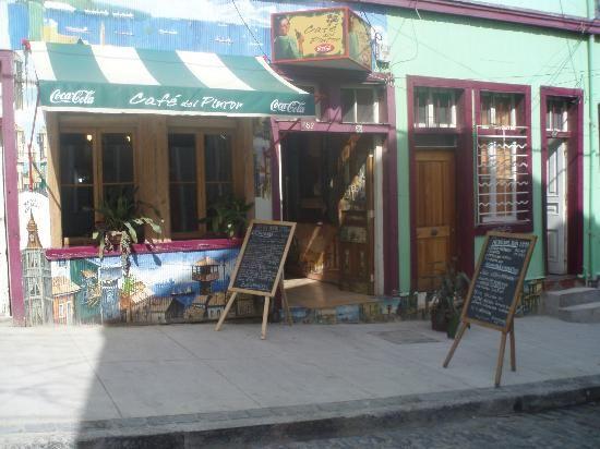 Café del Pintor es un restaurante de empresa familiar que se ubica en los Cerros de Valparaíso, concretamente en Cerro Alegre. La idea en un comienzo se inició con la participación de un pintor, el cual tenía como objetivo reflejar mediante sus obras de arte, la bohemia porteña.