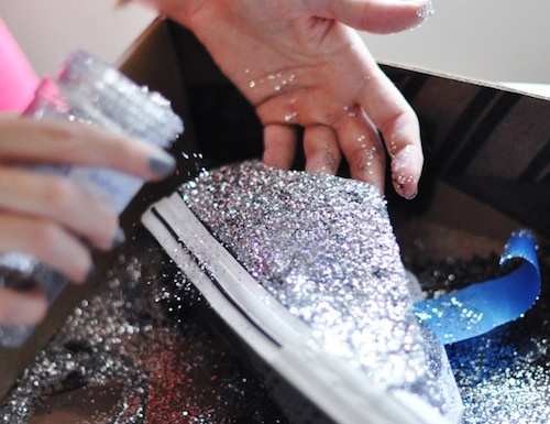 No glitter boots or pumps, but: glitter sneakers! Remove your old All Stars from the closet (or buy a new pair of sneakers for a nice price) and glitter it!