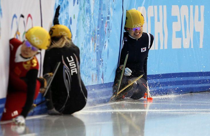 Plusieurs athlètes ont chuté tout au long de la compétition du 1 500 m femmes en patinage de vitesse courte piste, le samedi 15 février.