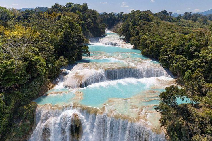 Photographie d'Art de Yann ARTHUS-BERTRAND des cascades de Agua Azul sur la rivière Yax-Há dans l'état du Chiapas au Mexique. C'est le lit calcaire de la rivière qui est à l'origine de la couleur turquoise de l'eau des cascades. Le site est classé Réserve Spéciale de la Biosphère.