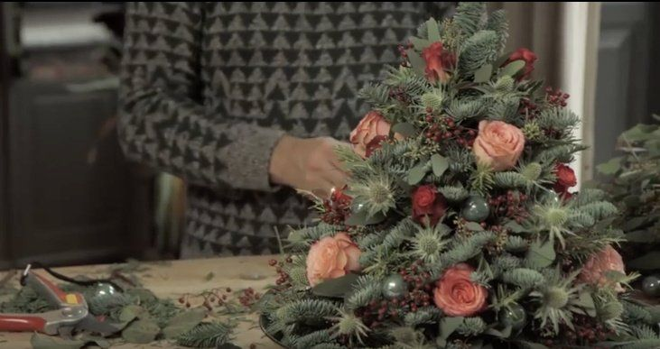 Zelf een mini kerstboom maken van dennengroen en verse bloemen. Met een wel heel mooi eindresultaat #kerst