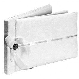 Geweldig gastenboek voor jullie bruiloft!  Dit gastenboek is gemaakt van handgeschept papier en aan de voorkant afgewerkt met een wit satijnen lint waar in het zilver: Our Wedding Day op staat. Links is het afgewerkt met een witte organza strik en een hartvormige bedel. De voorkant is een gebroken wit.  Dit is een echt eco-product. Het papier is handgeschept en aan de voorkant geeft dit een relief. Aan de binnenkant zijn de bladen vlak en met elke pen beschrijfbaar. Dit boek be…