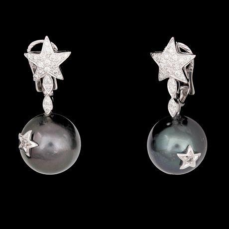 ÖRHÄNGEN, odlade Tahitipärlor, 14,8 mm, med briljantslipade diamanter, tot. ca 0.75 ct.  18k vitguld. L. 3,5 cm. Stift