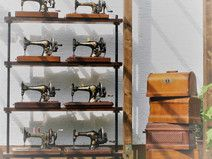 Regal mit antiken Nähmaschinen