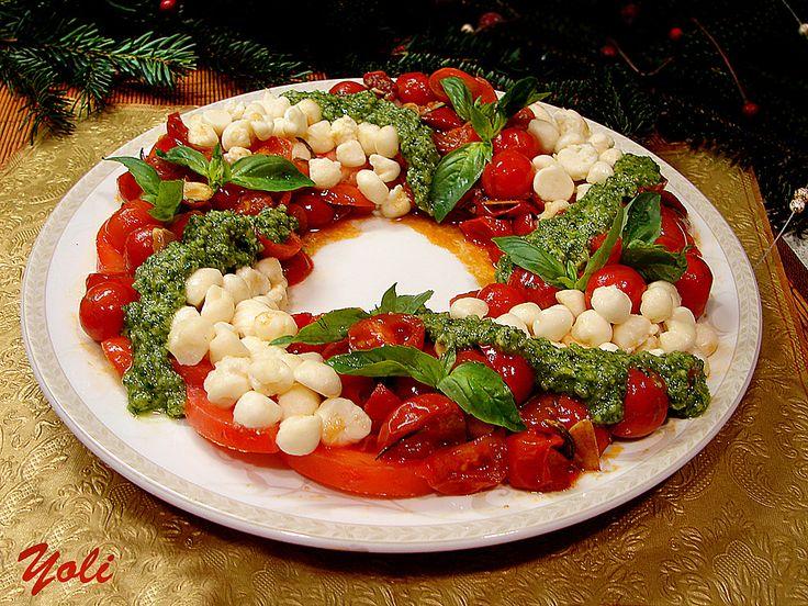 Рождественские Капрезе. Помидор, жаренные черри (вяленые), моцарелла, розмарин. Песто: базилик, кедровые орешки, оливковое масло, пармезан