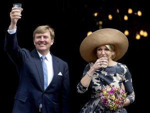 Koning Willem #Alexander en Koningin #Maxima tijdens hun bezoek aan #Vianen.