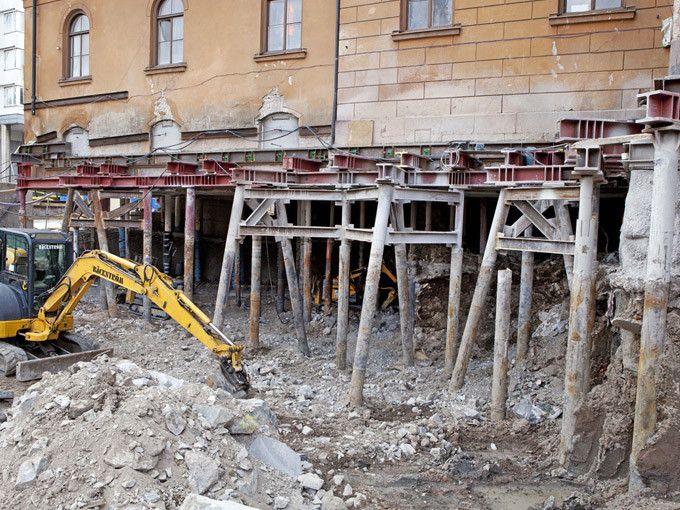 Byggnaden Stiftelsen Konung Oscar I:s minne från 1800-talet pålas upp för att ge plats åt Citybanans tunnel i Stockholm.  Foto: Hans Ekestang