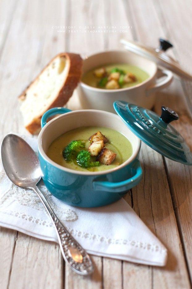 Vellutata di broccoli e patate con dadini di pane tostato all'aglio