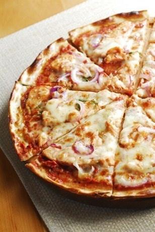 Пицца с курицей, базиликом и моцареллой