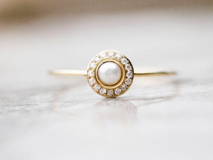 Weiße Perlenhochzeitsring mit Diamanten in 14 Karat Gold Perle Verlobungsring, edlen Schmuck von ARPELC auf Etsy https://www.etsy.com/de/listing/207357978/weisse-perlenhochzeitsring-mit-diamanten