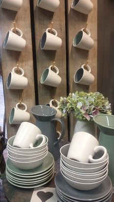 Leuk aardewerk, kommen , mokken, schotels met lief hartje. @ GoedGevonden , woonwinkel in Koog aan de Zaan