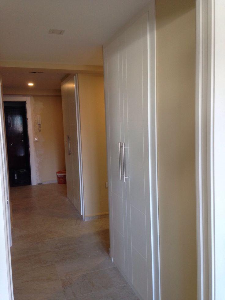 Pasillo con frentes de armario abatible lacado en blanco - Armarios para pasillos ...