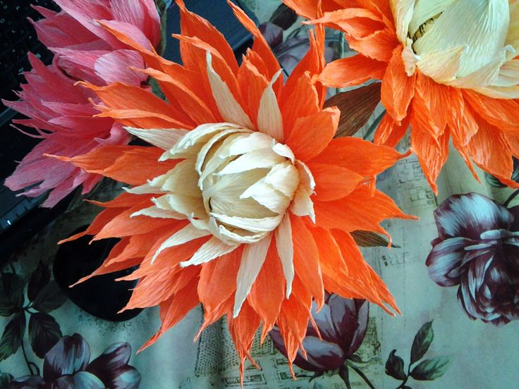 Dahlia from the crepe paper with candy. #sweet_design, #сrepe_paper_flowers, #сrepe_paper, #tbalashblog, #гофробумага, #гофра, #гофрированная_бумага, #свит_дизайн, #декупаж, #цветы_из_гофрированной_бумаги, #свит_флористика, #георгин_из_гофры